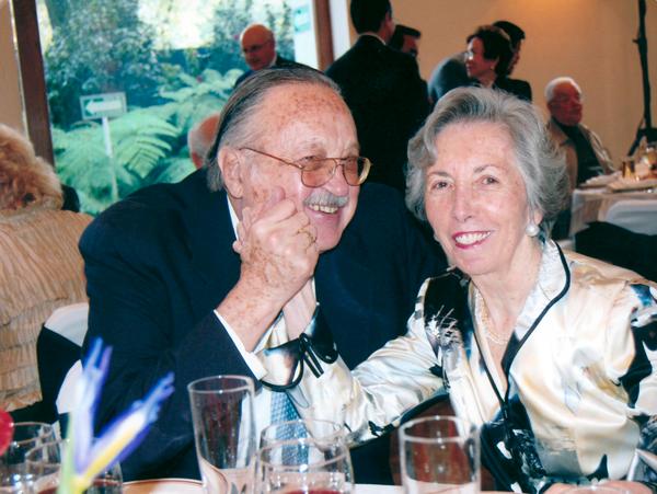 La Maestra Martha O'Reilly en un evento fotografiada al lado de Margot Fonteyn